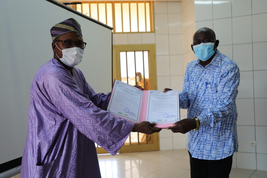 The director of the DDAEP Ouémé hands over the registration receipts of the producer organizations to the ACMA2 Chief of Party.