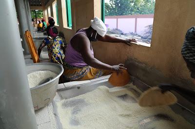 Woman processing cassava in Gankpétin
